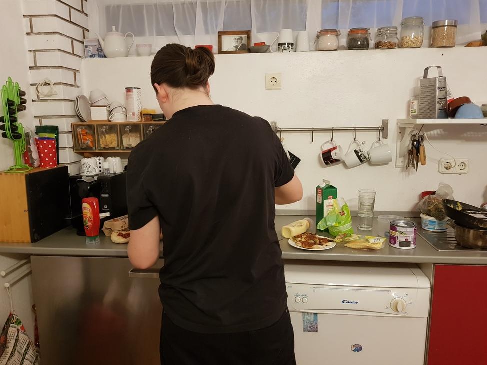 Kamasz fiú vacsorát főz