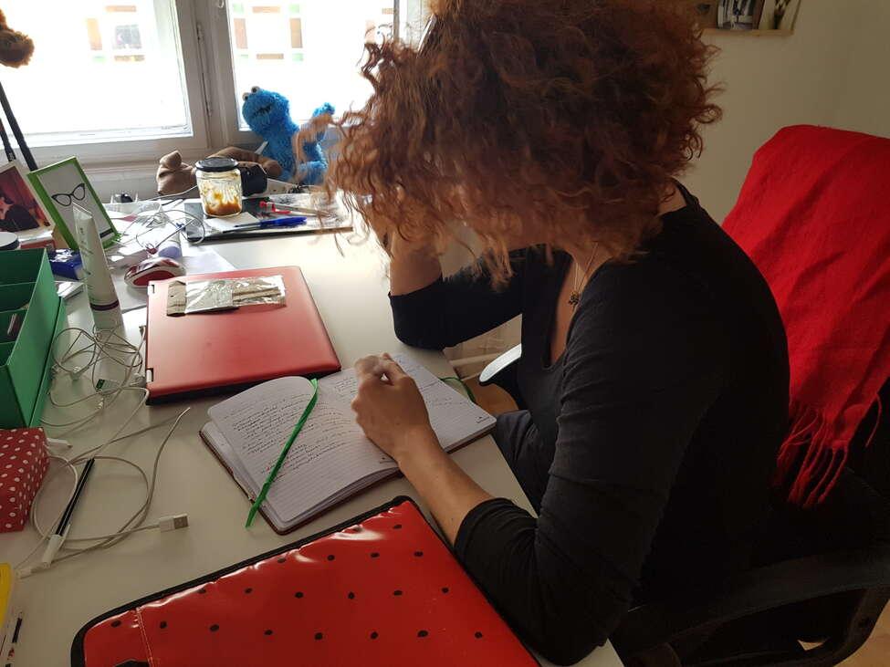 Zsuzsa kézzel ír