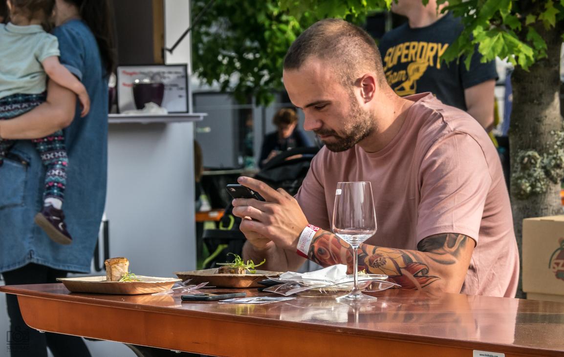 fotót készítő férfi