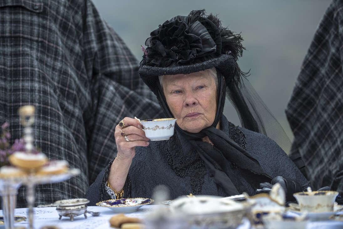 Judi Dench tényleg a színészek királynője – Viktória és Abdul (filmkritika)