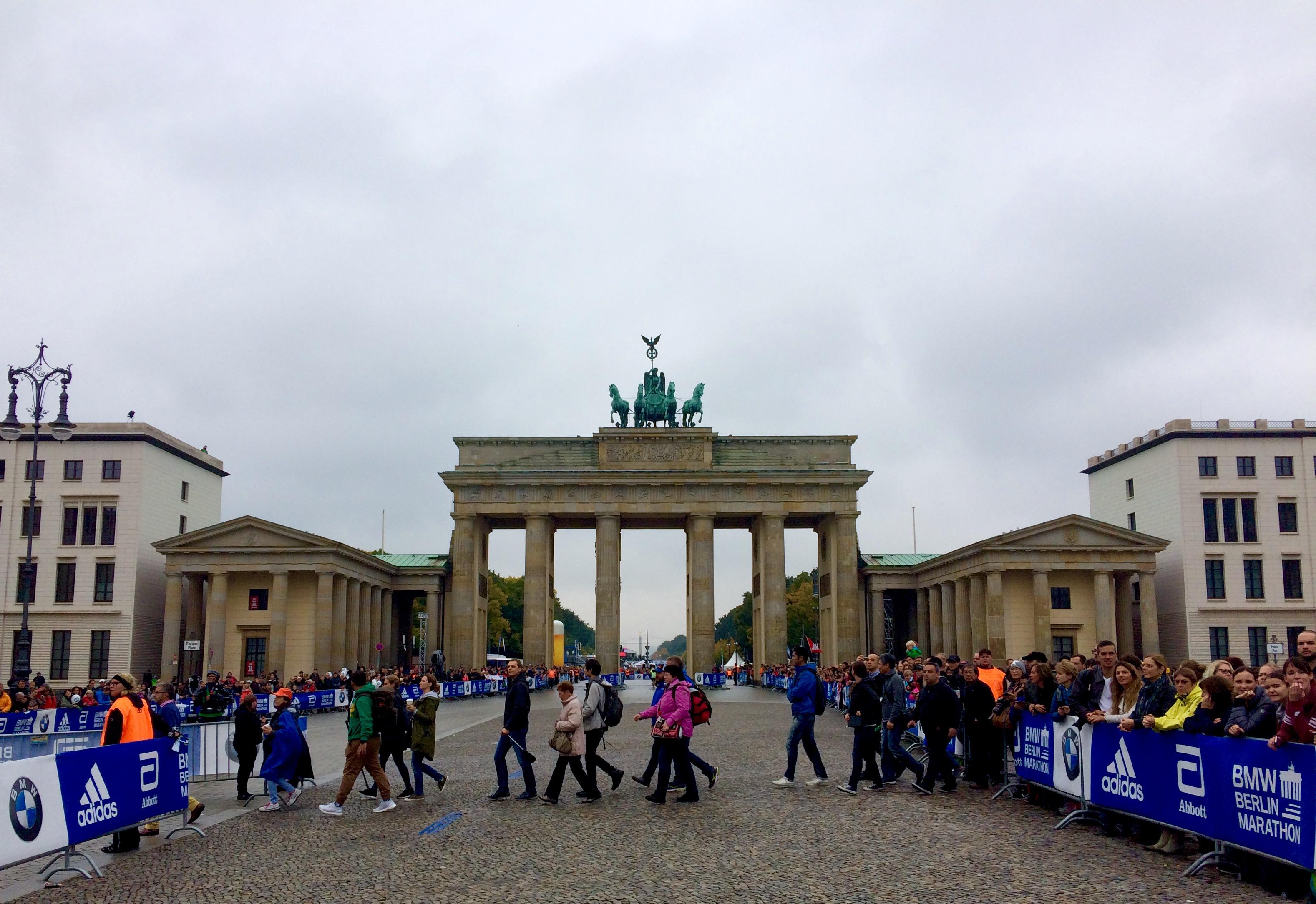 Berlini szervezettség: a maratoni futóverseny ellenére is megoldható az átkelés a Brandenburgi kapu előtt