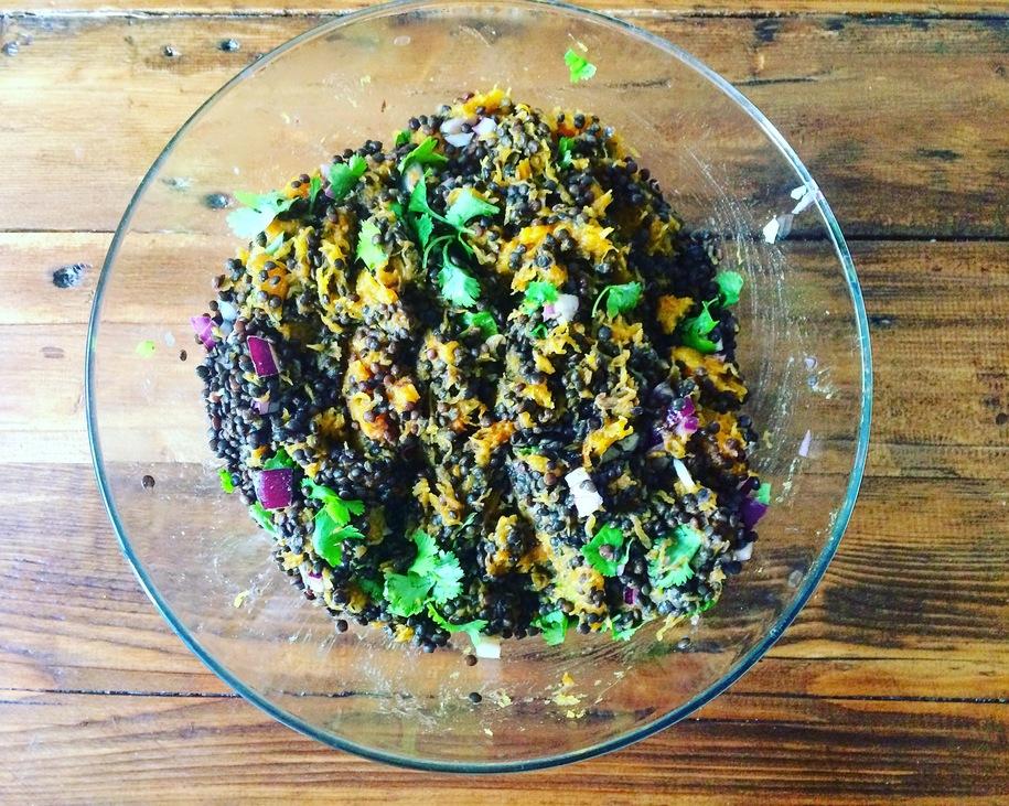 korianderes feketelencse saláta