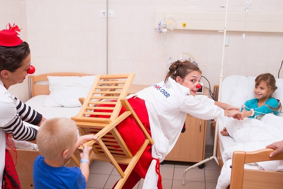 Dr. Szamóca beszorult a székbe, de dr. Zizi és a gyerekek segítenek neki