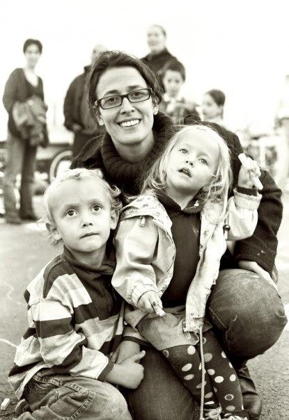 Judit és a gyerekei egy régebbi fotón