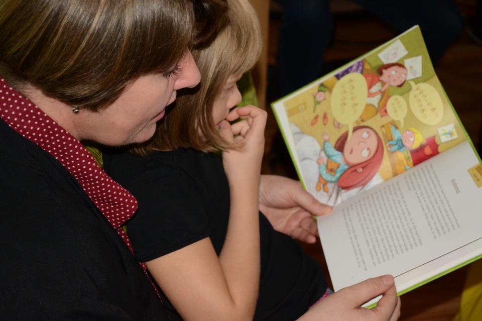 Both Gabi mesél, az ölében a középső gyereke nézi a könyvet