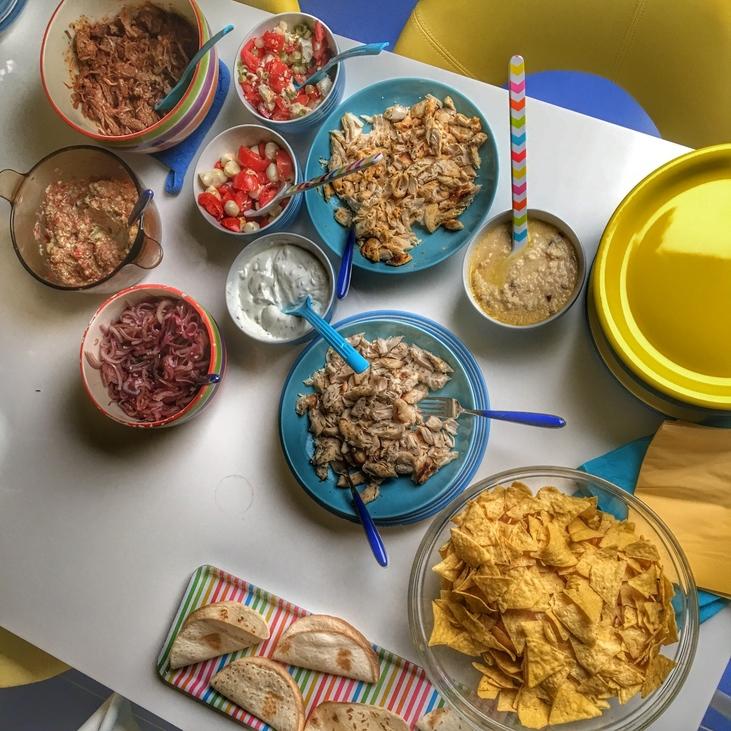 Csináld magad szülinapi menü: taco és a töltelékek. Háromféle hús, kétféle szósz és négyféle saláta