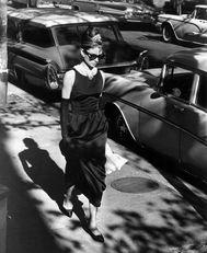 Audrey 1961-ben az Álom Luxuskivitelben című film díszletében, az azóta ikonikussá vált kis fekete ruhában
