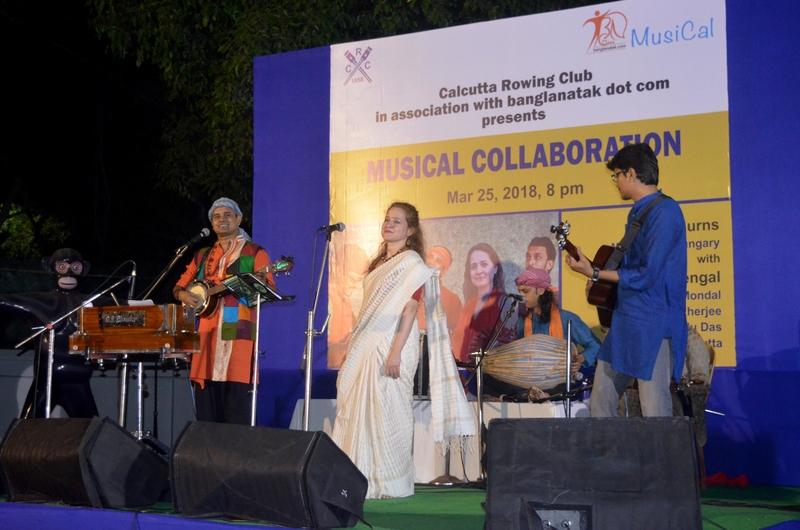Kata a Kalkuttai színpadon száriban énekel