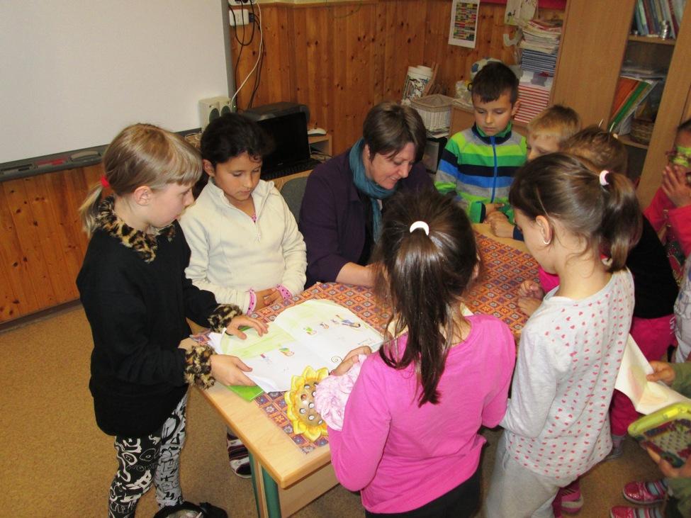 Nagyon szeretem, amikor író-olvasó találkozókon körbevesznek a gyerekek