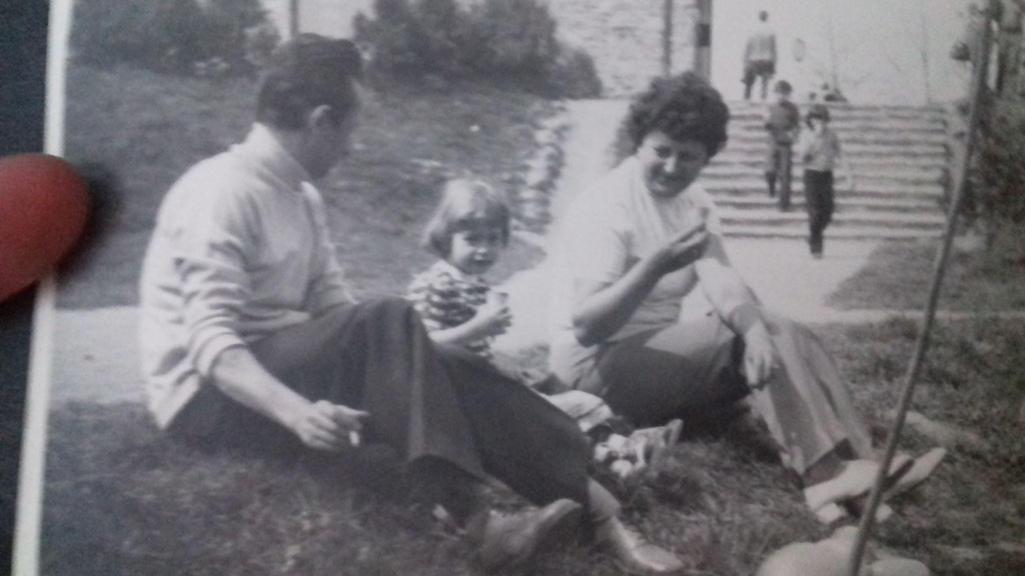 A képen cikkírónk látható örökbefogadó családjával