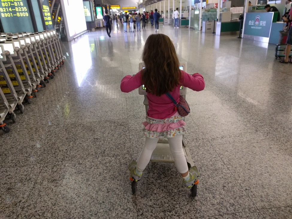Kislány repülőtéren