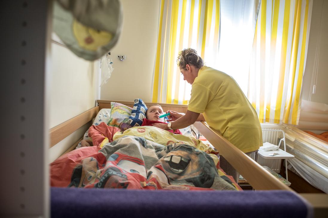 Piroska nővér ellátja a ház egyik kis betegét